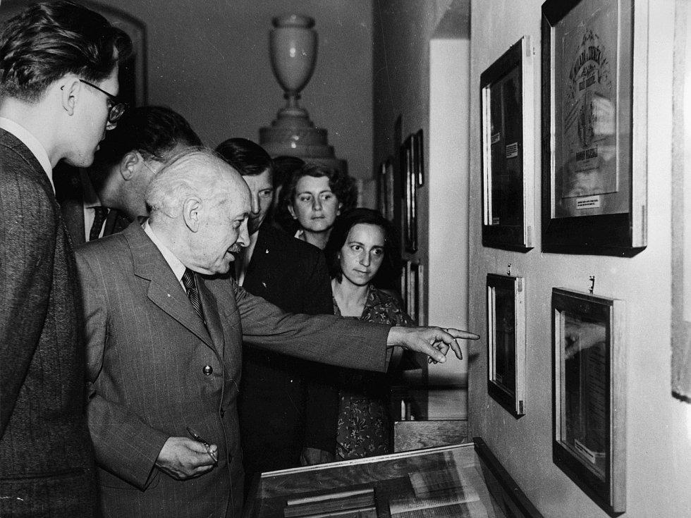 Zdeněk Nejedlý na výstavě Procházka sedmi stoletími, která se uskutečnila v roce 1959 na zámku u příležitosti 700. výročí povýšení Litomyšle na město.