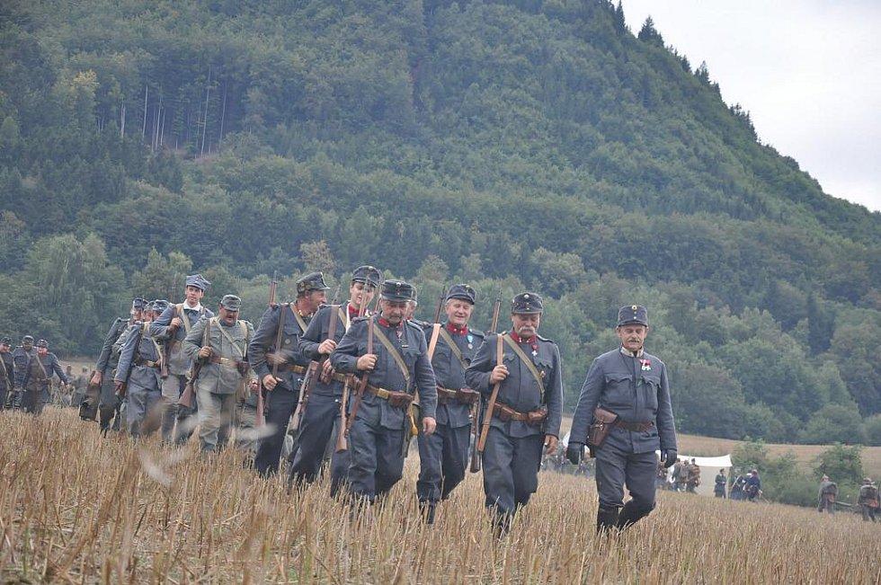 Historická bitva v Mladějově  nabízí nejen  ukázku válečného boje, ale také  představuje život v dobovém táboře.  Lidé si prohlédli vojáky v uniformách i dámy v róbách.
