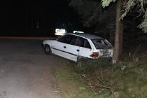 Osmnáctiletý mladík sice dlouho unikal, nakonec nabořil svůj vůz a dokonce i policejní automobil.
