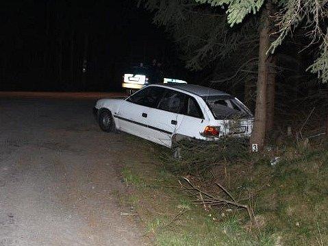 Osmnáctiletý mladík sice dlouho unikal, nakonec nabořil svůj vůz a dokonce ipolicejní automobil.