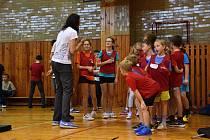 TĚLOCVIČNA Základní školy v Dolním Újezdu se stala včera dějištěm olympijského tréninku.