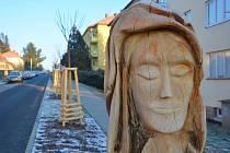 Dřevěná skulptura v ulici 9. května v Litomyšli.