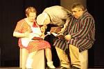 Zámecké šapitó. Herci ochotnického divadla zazářili i se scénickým čtením. Potěšily několik scének. Například vystavená rodina během vánočních prohlídek zámku, cvičení psů v podání Dušana Blažky, nebo rozpravy kuchařky a kastelána.