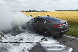 Osobní auto Jaguar začalo u Hradce nad Svitavou náhle hořet za jízdy.