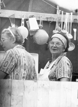 KUCHAŘKY Marie Havlíčková a Amálie Doležalová jsou na snímku zachycené ve svém kuchyňském království vroce 1978na táboře ve Velké Fatře.