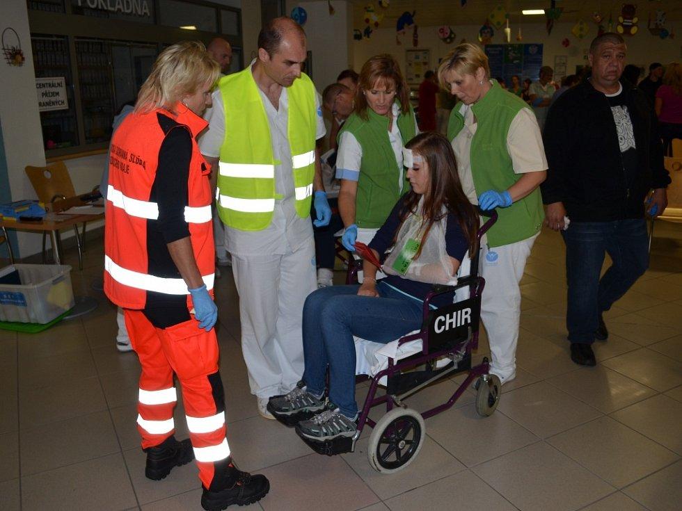 V nemocnici ve Svitavách prověřovali traumatologický plán. Zdravotnický tým se postaral o zraněné z hromadné dopravní nehody. Cvičně.