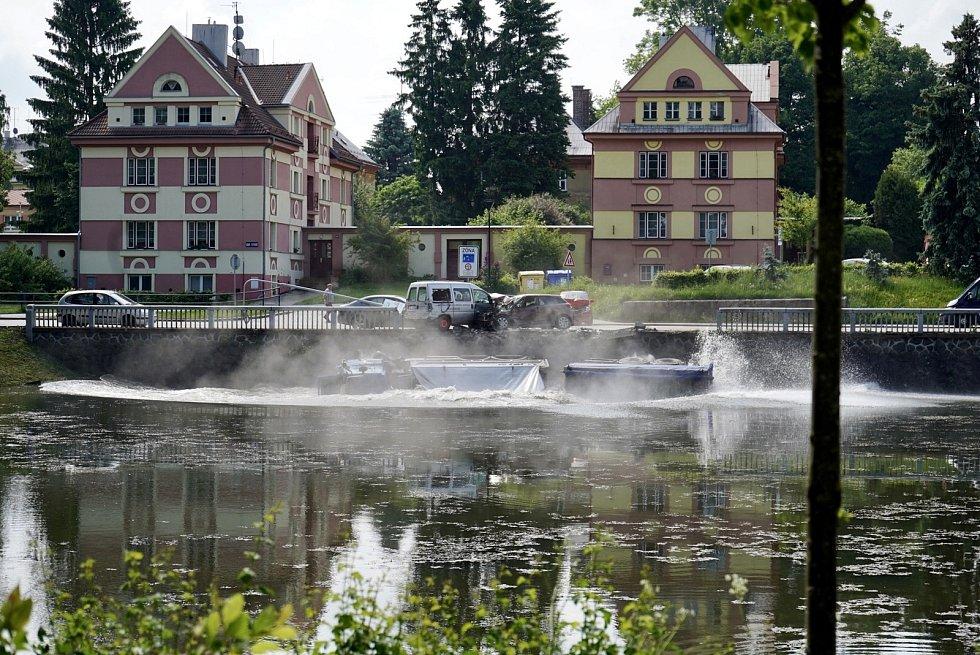 Při tragické nehodě v Poličce skončil kamion v Synském rybníku.