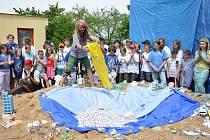 Žáci vytvořili nový český rekord ve skládání lodiček. Po vyhlášení rekordu si děti užily originální bublinovou show.