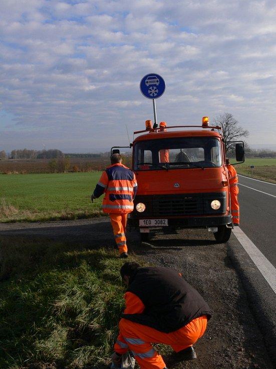 Na komunikaci I/34 v úseku na vendolském kopci umístili silničáři novou značku Zimní výbava