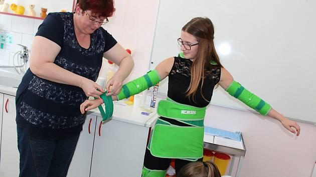 Jak se cítí senioři? Díky speciálním oblečkům si to vyzkoušeli studenti.