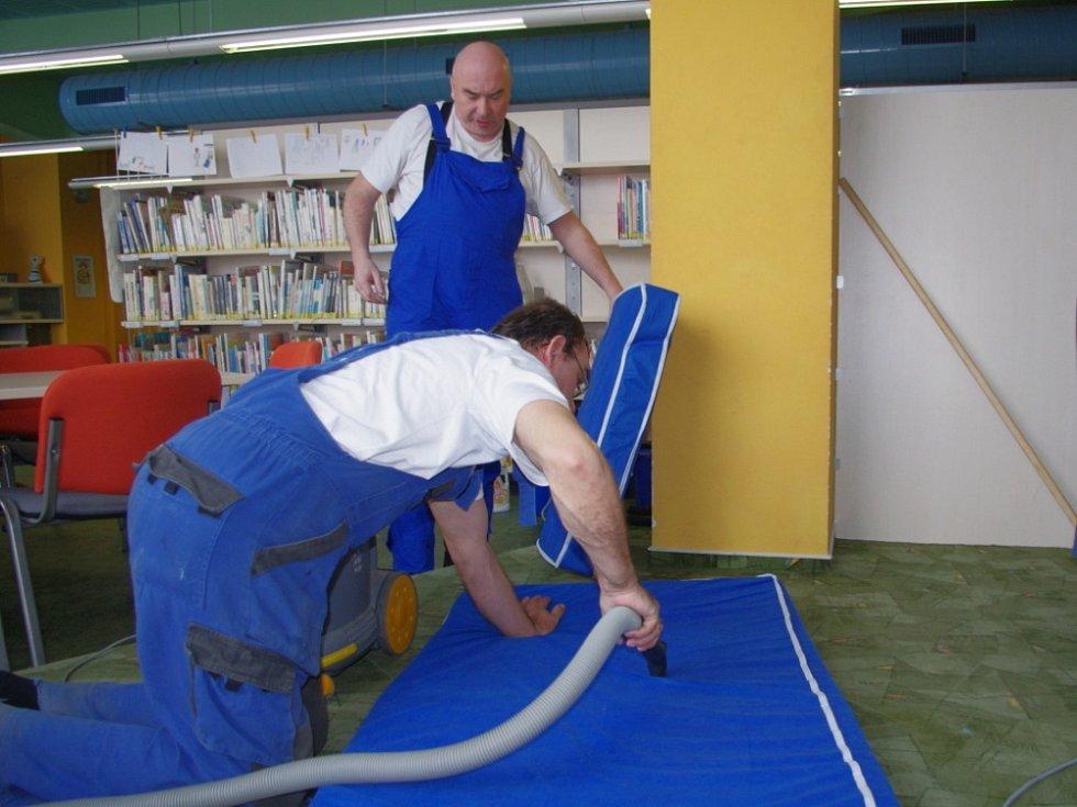Hendikepovaní obyvatelé chráněného bydlení ve Svitavách se postarali o úklid dětského koutku v městské knihovně.