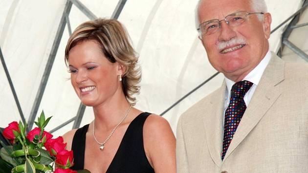 Ilustrační foto: Petra Zápecová (vlevo) pogratulovala Václavu Klausovi ke znovuzvolení. Prezident jí odpověděl, že je jedna z mála milých lidí, které zná.
