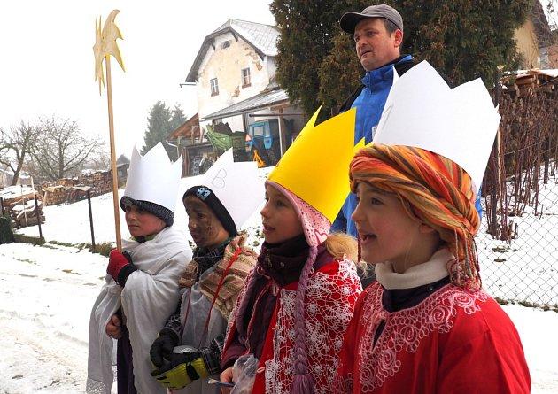 Malí koledníci vyrazili v Bystrém na Tříkrálovou sbírku.