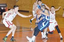 Na závěr základní části NBL podali svitavští basketbalisté (v bílém) velmi dobrý výkon a zaslouženě zvítězili.