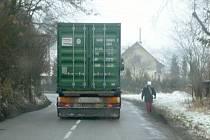 Největší problém s kamionovou dopravou mají v Němčicích v zimě. Náklaďáky jezdí v protisměru a lidé uhýbají do příkopu.  Situaci by měly vyřešit plánované chodníky.