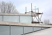 Skleněný kříž zdobí střechu nového kostela v Litomyšli.