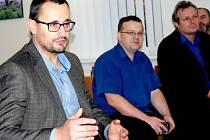Generální ředitel Nemocnice Pardubického kraje Tomáš Gottvald diskutuje se zaměstnanci Svitavské nemocnice.