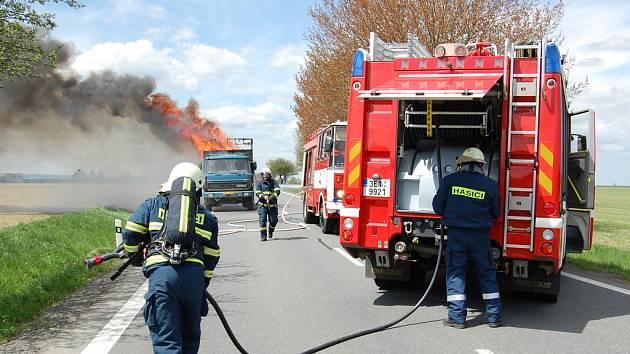 Požár liazky s bavlnou zablokoval silnici ze Svitav na Poličku.