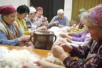 Husí peří draly ženy v Sebranicích dva dny. Peří z hus je výborné nejen do polštářů a peřin, ale hospodyně ho ocení také v kuchyni na peroutky.