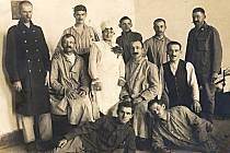 V maďarském lazaretu strávil Adolf Klein (druhý nahoře zleva) nějaký čas po zranění na italské frontě. Své kamarády tu však nepotkal, ti totiž byli rozvezení na další místa.