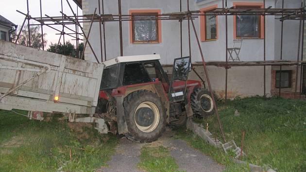 Na silnici třetí třídy v Jarošově se rozjel traktor, zastavil až o lešení rodinného domu