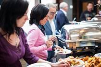 GURMÁNI si vychutnávali vybrané pokrmy v Litomyšli celý týden při netradiční pouti po místních restauracích. V hotelu Aplaus kromě dobrého jídla nabídli také plzeňské pivo a mistr Václav Vanya předvedl, jak se správně pěnivý mok čepuje. Hosté si vychutnal