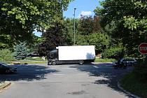 Policie hledá ženu z bílého auta, která zřejmě viděla nehodu BMW a nákladního auta.