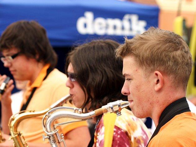 Mladí muzikanti zahráli na litomyšlském náměstí několik hitů.  Big band z místní základní umělecké školy se stal finálovým hostem Dne s Deníkem.
