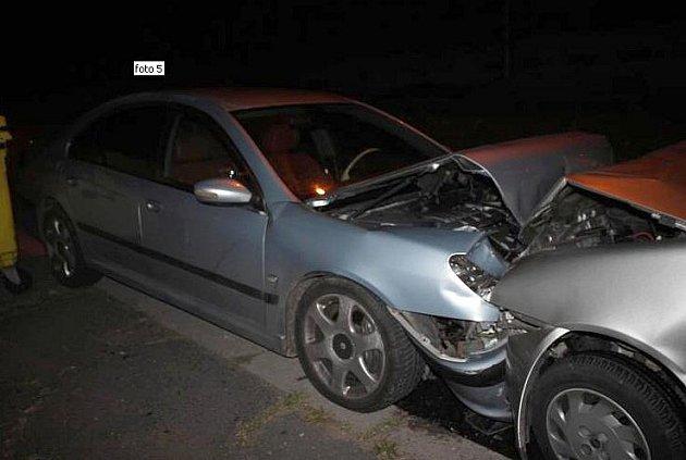 Řidič přejel do protisměru a narazil do zaparkovaného vozidla, poté šel vše nahlásit na policejní služebnu.
