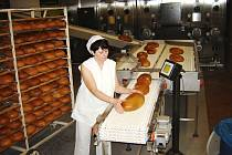 Svitavská pekárna má novou chlebovou linku.  V provozovně denně vyrobí kolem osmi tun chleba a běžného pečiva.