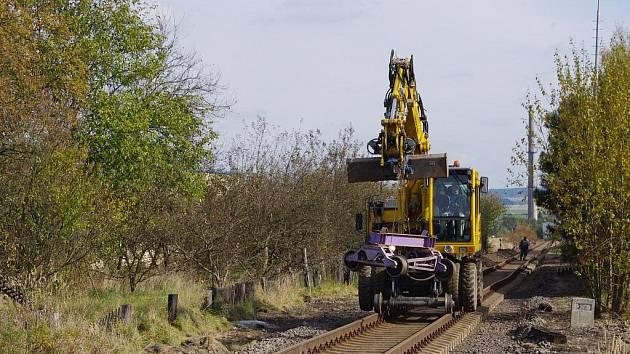 Výměna kolejí na železniční trati. Ilustrační foto.