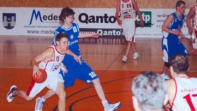 Svitavští basketbalisté (v bílém) stojí před velikou šancí na postup do první ligy.