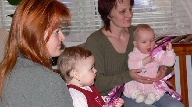 NOVÍ OBYVATELÉ.  Anička Bubnová a  Evička Šplíchalová (zleva)  patří mezi šest dětí, které  se v Trstěnici  narodily minulý rok.