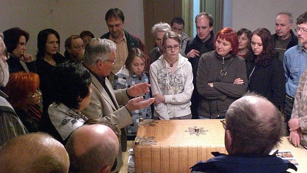 Beseda s mistrem knihařem Jiřím Foglem o tom, jak vyráběl maketu záhadné Ďáblovy bible.
