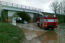 Voda a bahno z polí u viaduktu v Hradci nad Svitavou.