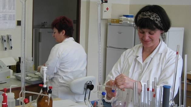 Laboratorní testy včas odhalí jedy v pitné vodě.