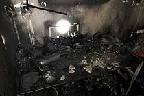 Požár za půl milionu. Kvůli střelným zbraním byli hasiči v nebezpečí