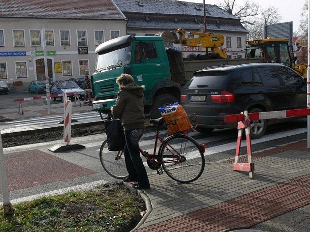 Ačkoliv je přechod u autobusového nádraží ve Svitavách zavřený, chodci se pohybují v silnici a automobily zastavují na poslední chvíli