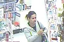Policisté hledají ženu, která  místo do nákupního košíku ukládá drogistické zboží do své kabelky.