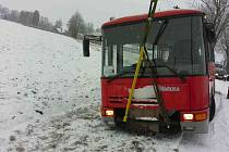 Autobus uvízl ve sněhové závěji.