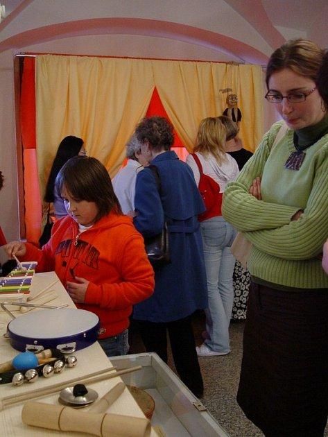 Pohádkou o zvířátkách začala výstava  O hračkách, hrách a ahraní  v poličském muzeu.