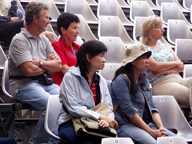Zkoušky umělců z Národního divadla se staly na jevišti zámeckého nádvoří atrakcí pro cizince, zejména Japonce.