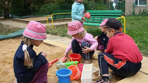 Pískoviště. To je běžné vybavení zahrady u mateřských škol. Bohužel u některých také jediné.