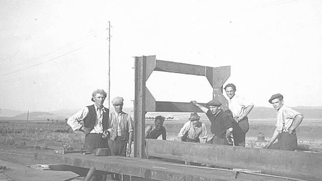 U BOROTÍNA. Dělníci na stavbě dálnice, na snímku u katru viditelné telefonní vedení.