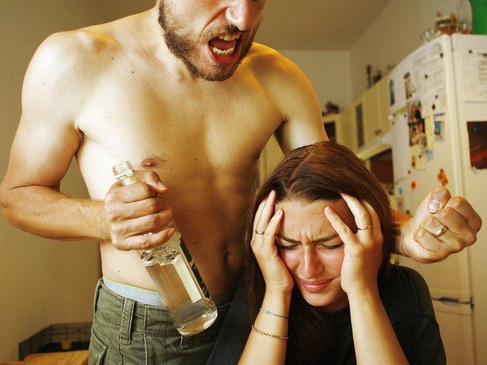 DOMÁCÍ NÁSILÍ. Ženám často trvá delší dobu, než se se svým problémem odhodlají svěřit a požádat o pomoc.