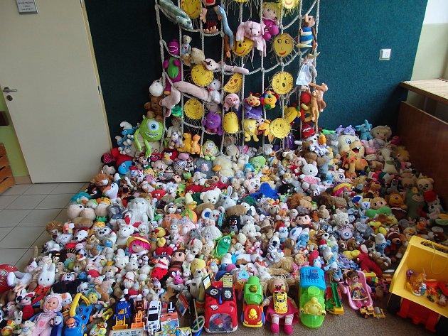 Nasbírané hračky pro nemocné děti.