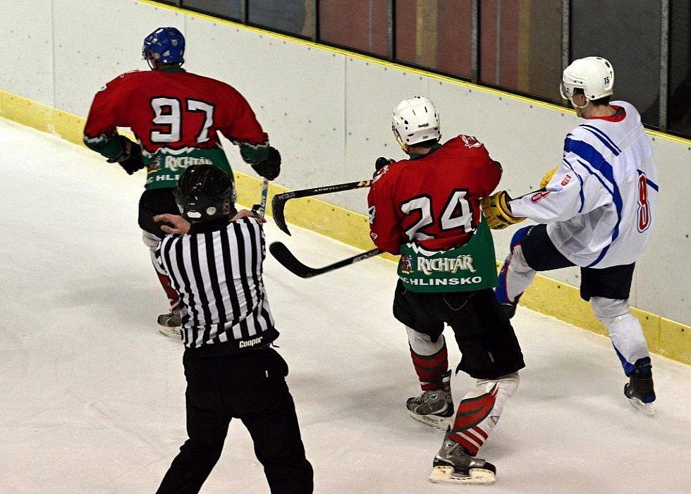 Hokejisté Hlinska v nadstavbové skupině A ani jednou nevyhráli, ale v Litomyšli k tomu byli ve středu nečekaně blízko. K dispozici měli jenom dvě pětky, přesto soupeři pořádně zatápěli.