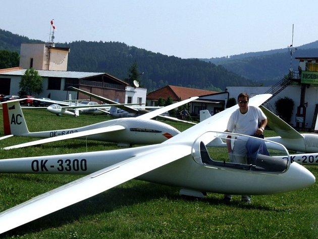 Michal Lešinger před startem jedné ze soutěžních disciplín na letošním mistrovství České republiky v bezmotorovém létání.