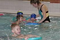 Plavání je pro děti přínosem.