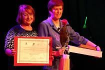LOŇSKÝ ROČNÍK, kdy vybrali nové majitele Duhového křídla, kteří působí v sociálních službách a pomáhají lidem se zdravotním postižením. Na fotce je loňská držitelka zvláštní ceny Zdenka Prokopová s místopředsedkyní Senátu Miluší Horskou.
